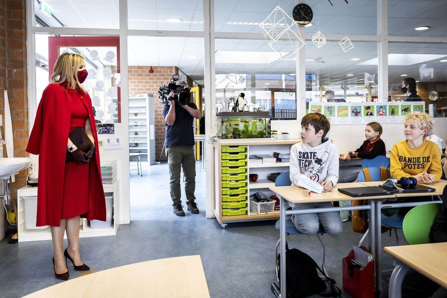 La reine Maxima des Pays-Bas, en rouge et grenat, à Oud-Beijerland, le 18 février 2021