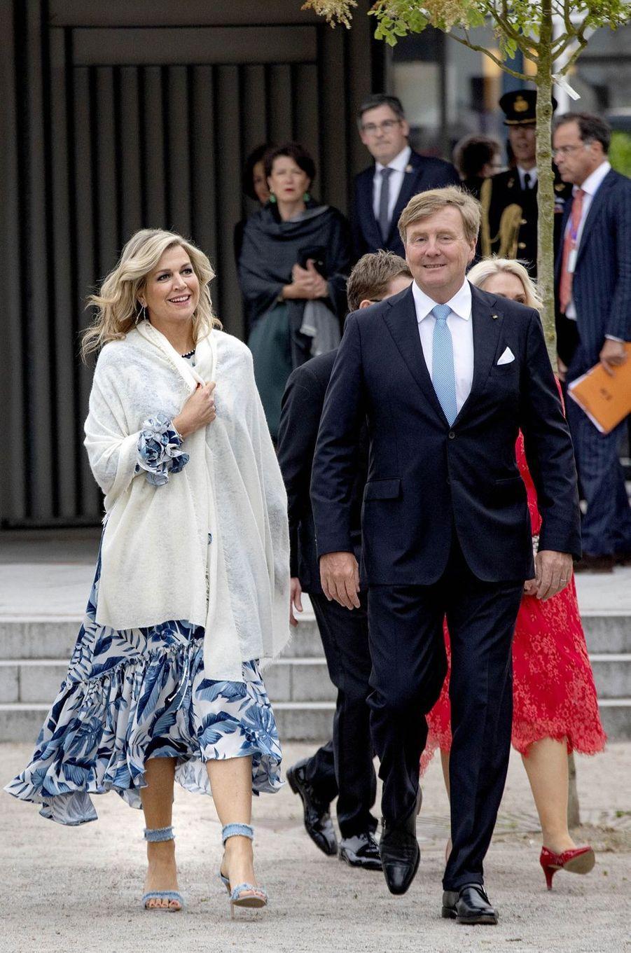 La reine Maxima des Pays-Bas dans une robe de Johanna Ortiz en Allemagne, le 20 mai 2019