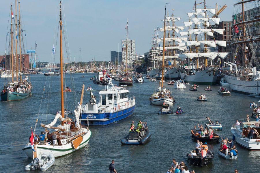 """Au premier plan, le yacht royal """"De Groene Draeck"""" au Sail Amsterdam, le 22 août 2015"""