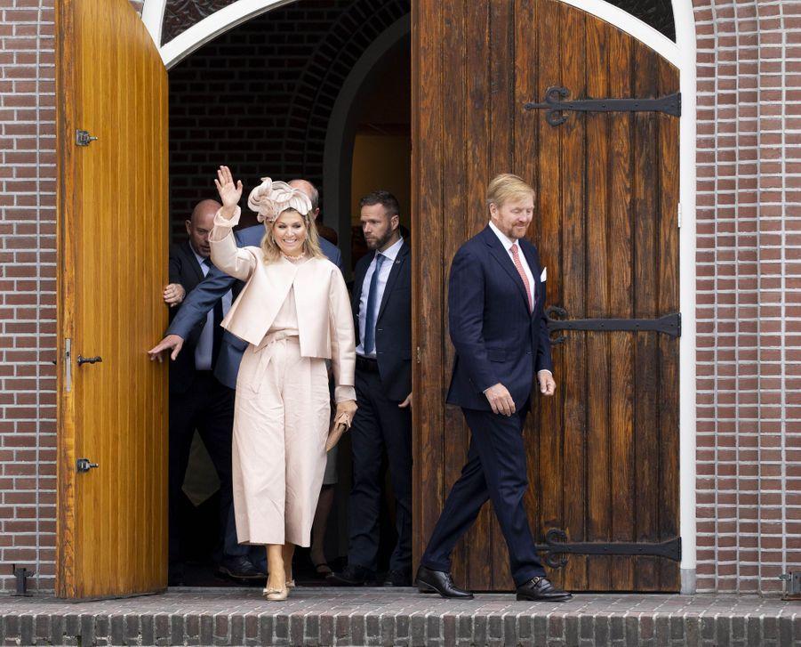 La reine Maxima, en total look rose poudré, et le roi Willem-Alexander des Pays-Bas à Hoogeveen, le 18 septembre 2019