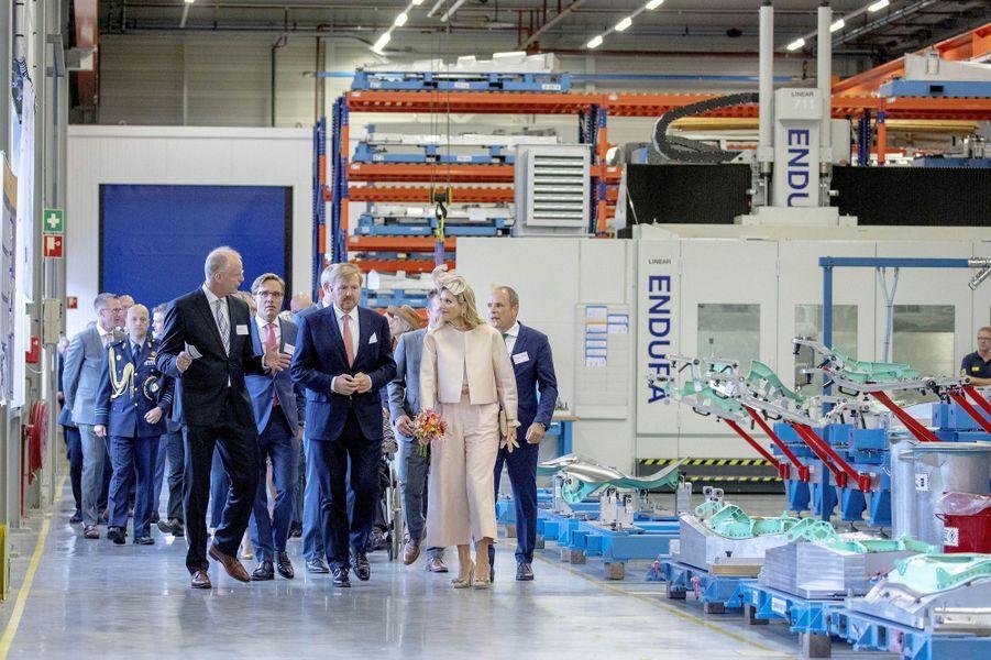 La reine Maxima et le roi Willem-Alexander des Pays-Bas visitent GKN Fokker à Hoogeveen, le 18 septembre 2019