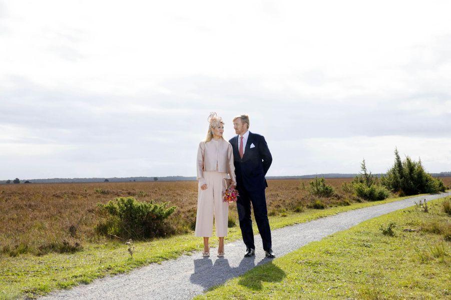 La reine Maxima et le roi Willem-Alexander des Pays-Bas posent dans le parc national Dwingelderveld, le 18 septembre 2019