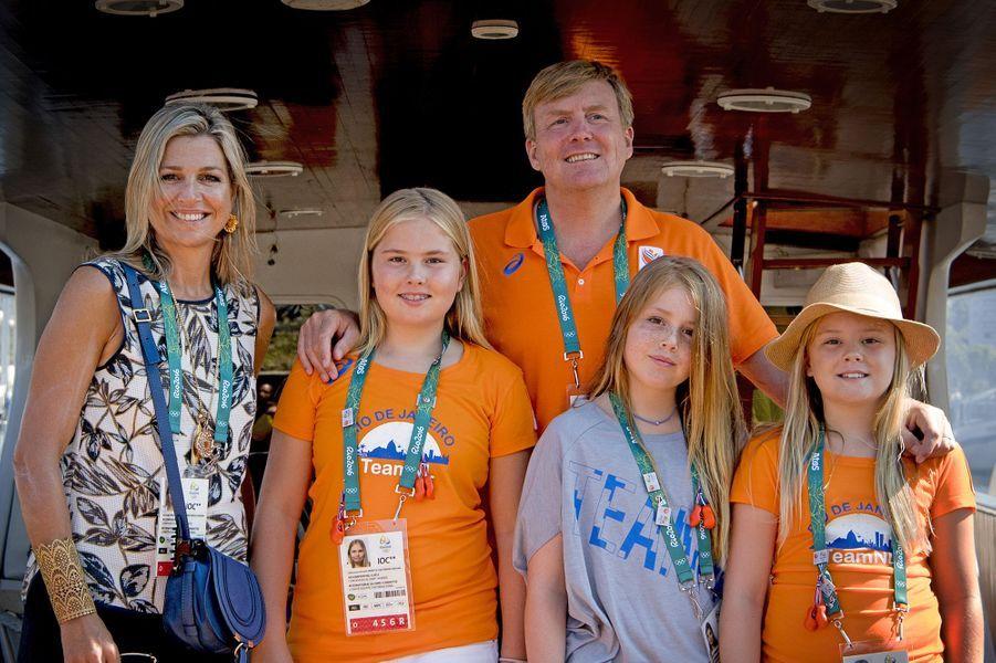 La reine Maxima des Pays-Bas, avec le roi Willem-Alexander et leurs filles, aux JO de Rio, le 14 août 2016