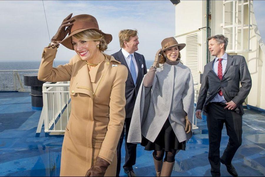 Le 18 mars 2015, ambiance des plus détendues pour la reine Maxima des Pays-Bas et la princesse Mary de Danemark, au lendemain du banquet offert par la reine Margrethe II au château de Christiansborg à Copenhague. Avec leurs époux respectifs, les deux quadragénaires ont embarqué sur un ferry direction l'île de Samso.