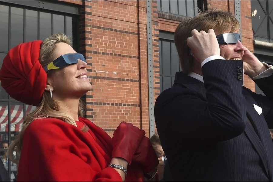 Le 20 mars 2015, pas question de rater l'exceptionnelle éclipse solaire pour la reine Maxima et le roi Willem-Alexander des Pays-Bas. Au deuxième jour de leur visite officielle dans les länder du nord de l'Allemagne, ils ont tout arrêté pour chausser leurs lunettes spéciales.