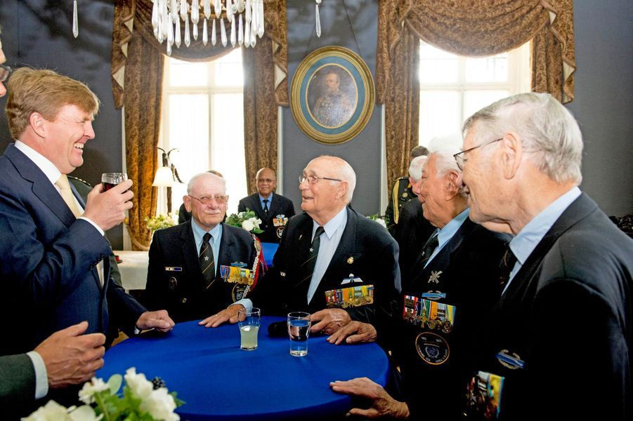 Le roi Willem-Alexander des Pays-Bas avec des vétérans à Bronbeek (Arnhem), le 17 juin 2015