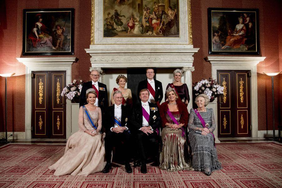 La famille royale des Pays-Bas avec la reine Mathilde et le roi Philippe de Belgique au Palais royal à Amsterdam, le 28 novembre 2016