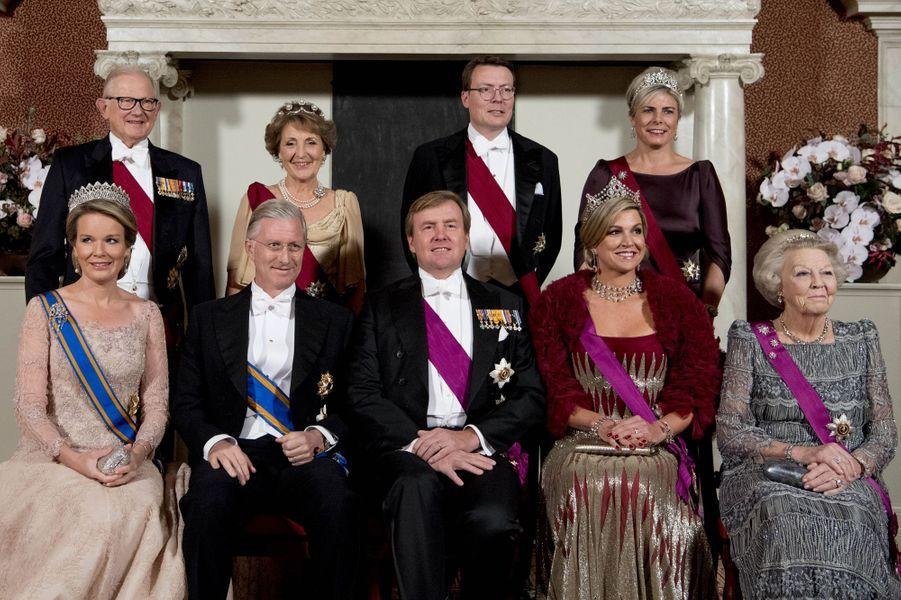 La famille royale des Pays-Bas avec la reine Mathilde et le roi Philippe de Belgique posent au Palais royal à Amsterdam, le 28 novembre 2016