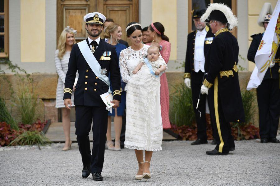 Le prince Alexander de Suède avec ses parents lors de son baptême à Stockholm, le 9 septembre 2016