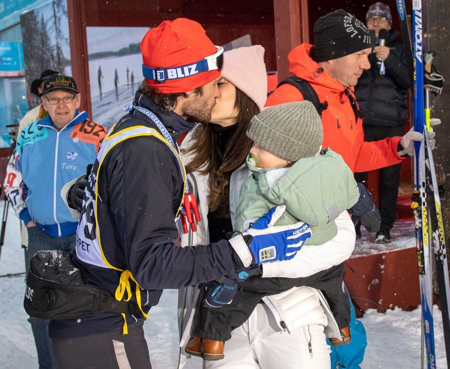 Le prince Carl Philip de Suède avec la princesse Sofia et le prince Gabriel à l'arrivée de la Vasaloppet à Mora, le 3 mars 2019
