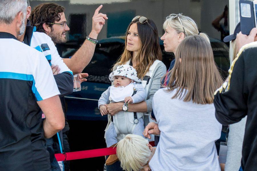 Le prince Alexander avec ses parents le prince Carl Philip de Suède et la princesse Sofia à Karlskoga, le 14 août 2016