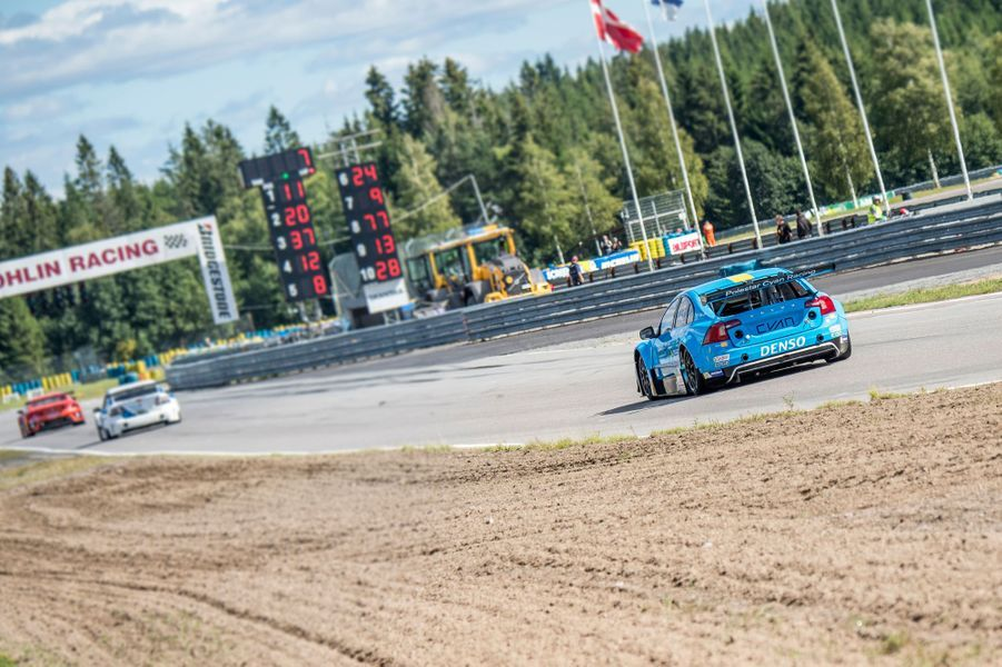 Le prince Carl Philip de Suède court dans sa Volvo à Karlskoga, le 14 août 2016