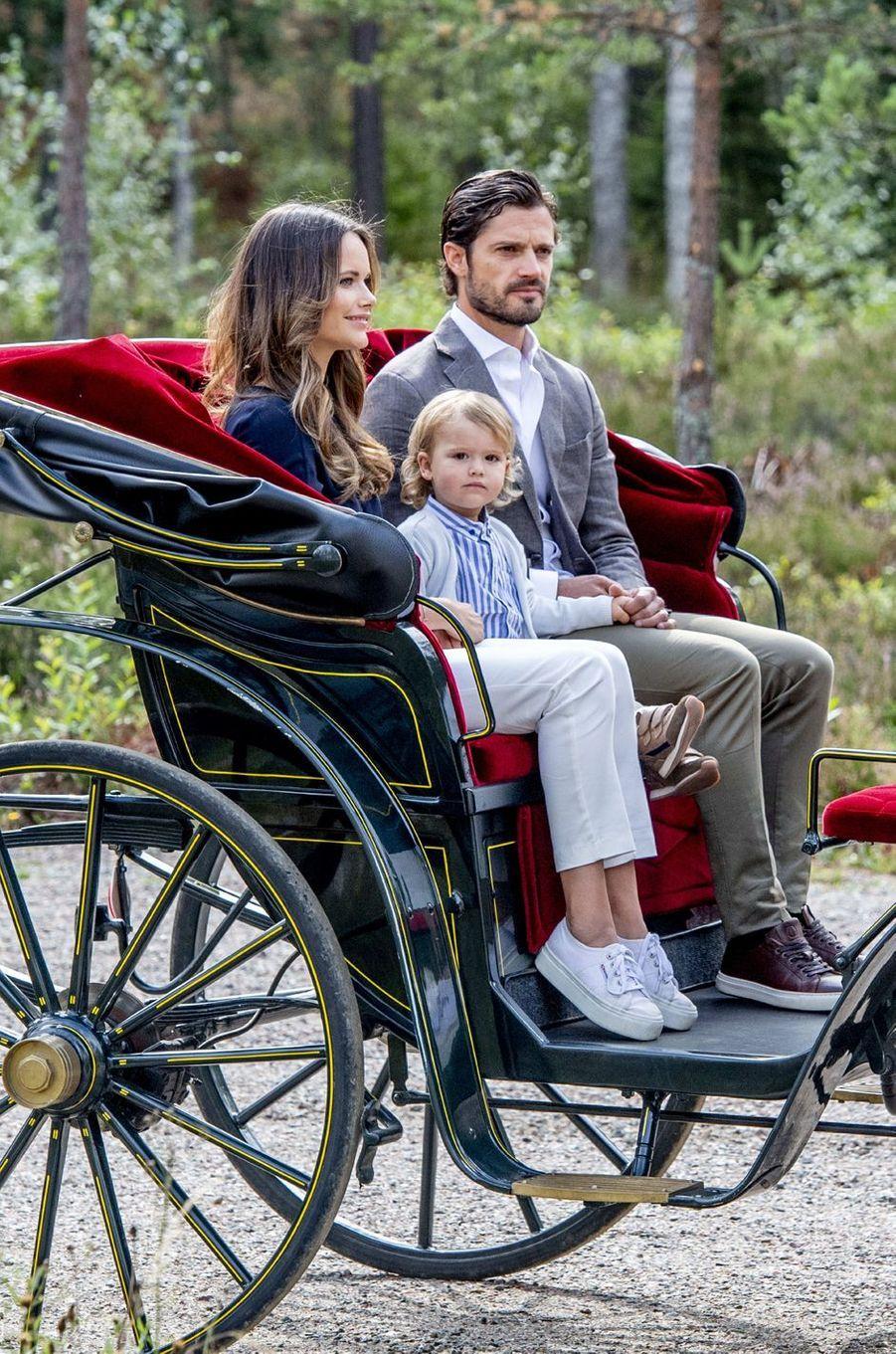 Le petit prince Alexander de Suède avec ses parents dans le Södermanland, le 23 août 2018