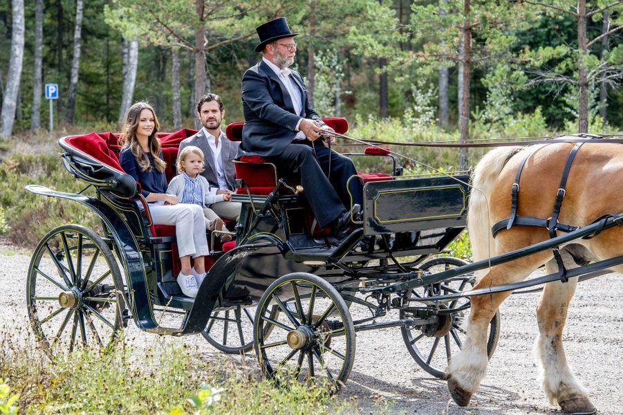 Le prince Alexander de Suède avec la princesse Sofia et le prince Carl Philip dans le Södermanland, le 23 août 2018