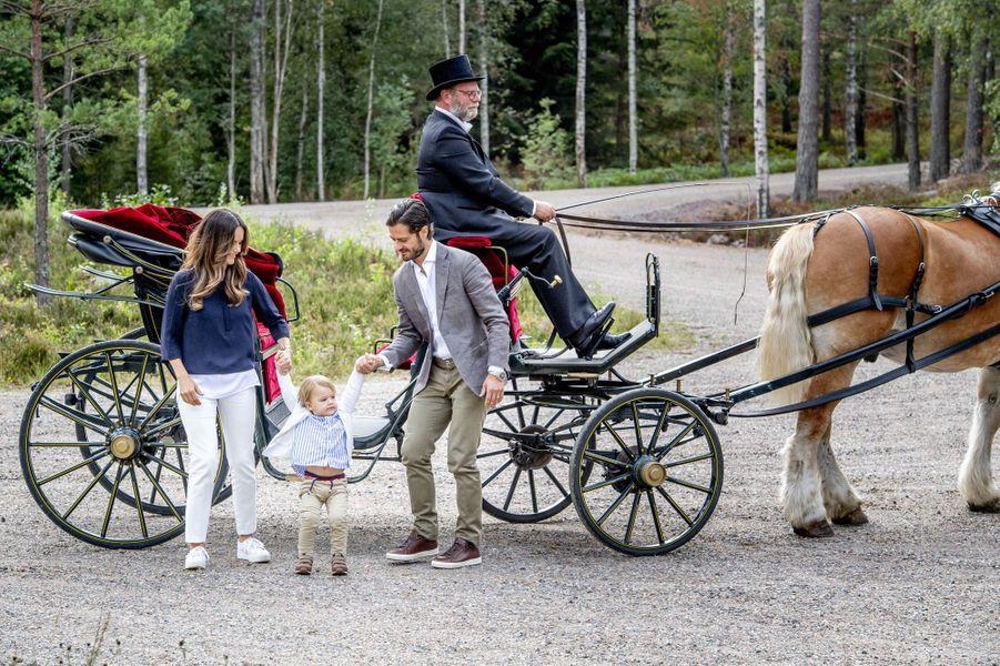 Le prince Alexander de Suède avec ses parents dans le Södermanland, le 23 août 2018