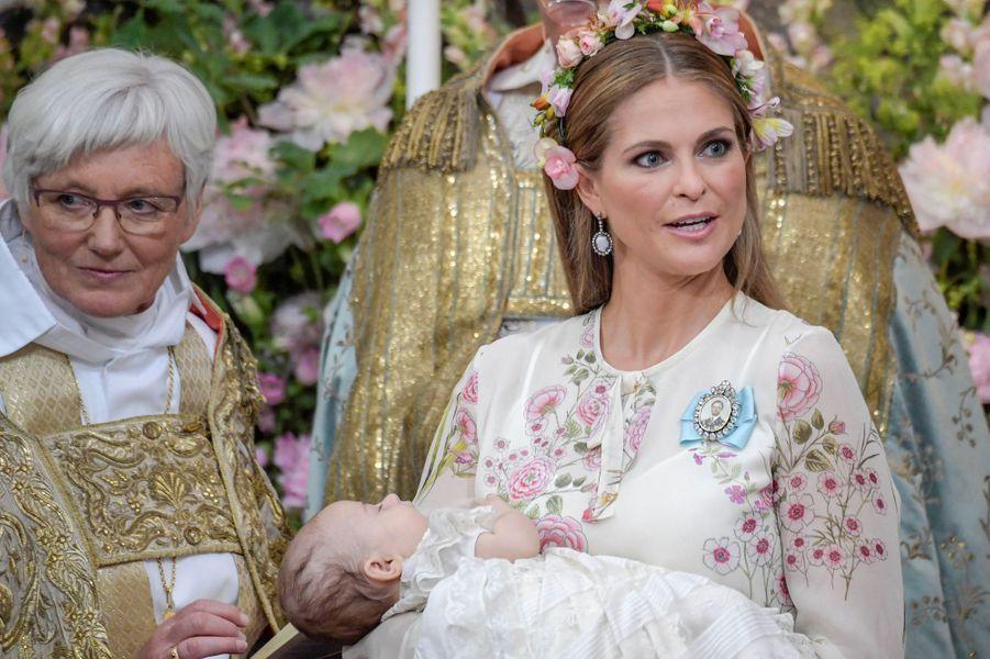 La princesse Madeleine de Suède avec sa fille la princesse Adrienne à Stockholm, le jour de son baptême, le 8 juin 2018