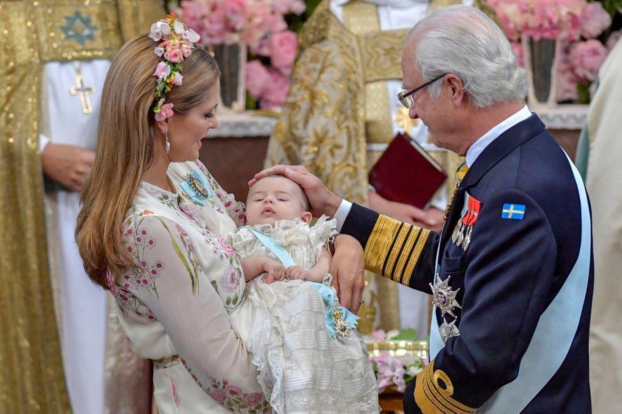 Les princesses Madeleine et Adrienne de Suède avec le roi Carl XVI Gustaf à Stockholm, le 8 juin 2018