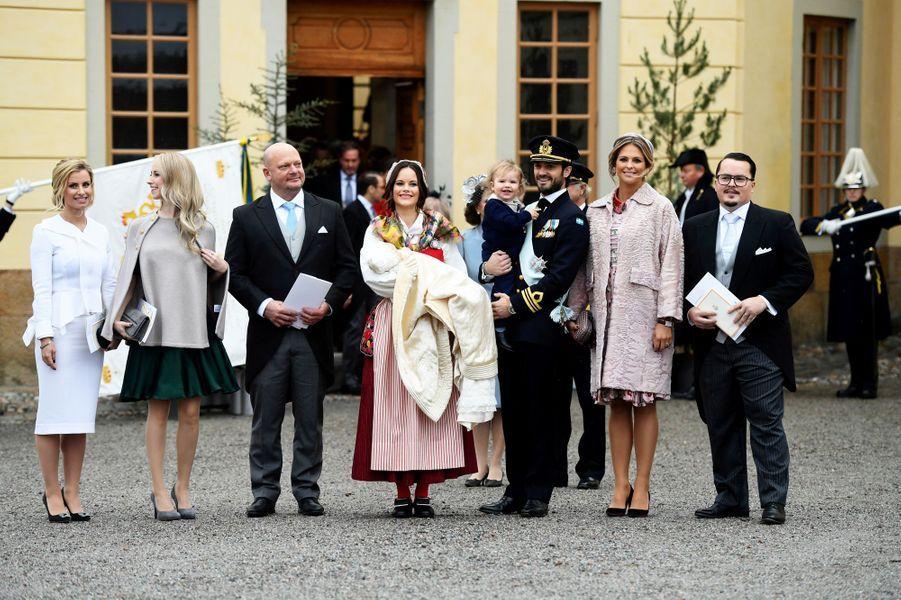 Le prince Gabriel de Suède avec ses parents et ses parrains et marraines à Stockholm, le 1er décembre 2017