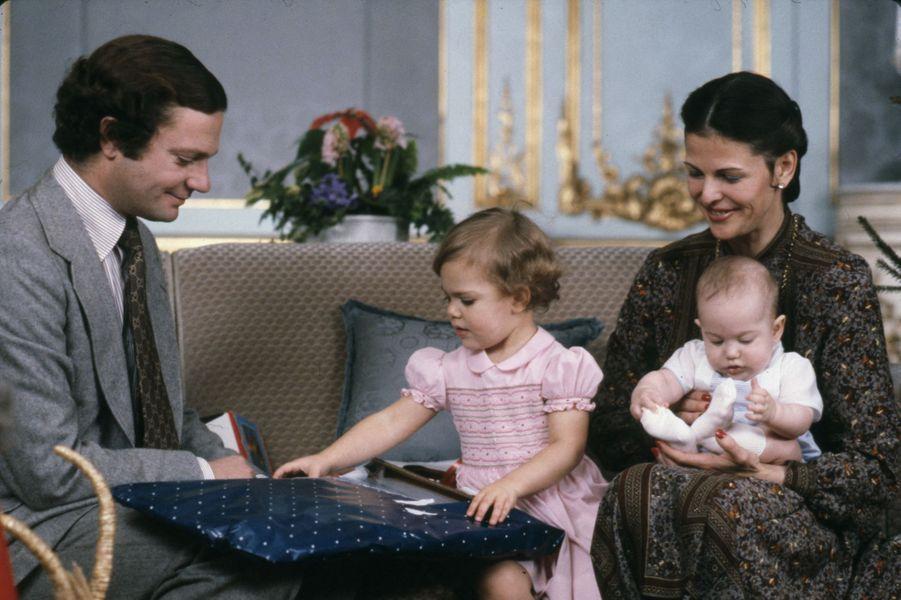Le prince Carl Philip de Suède avec ses parents le roi Carl XVI Gustaf et la reine Silvia et sa grande soeur la princesse Victoria, à Noël 1979