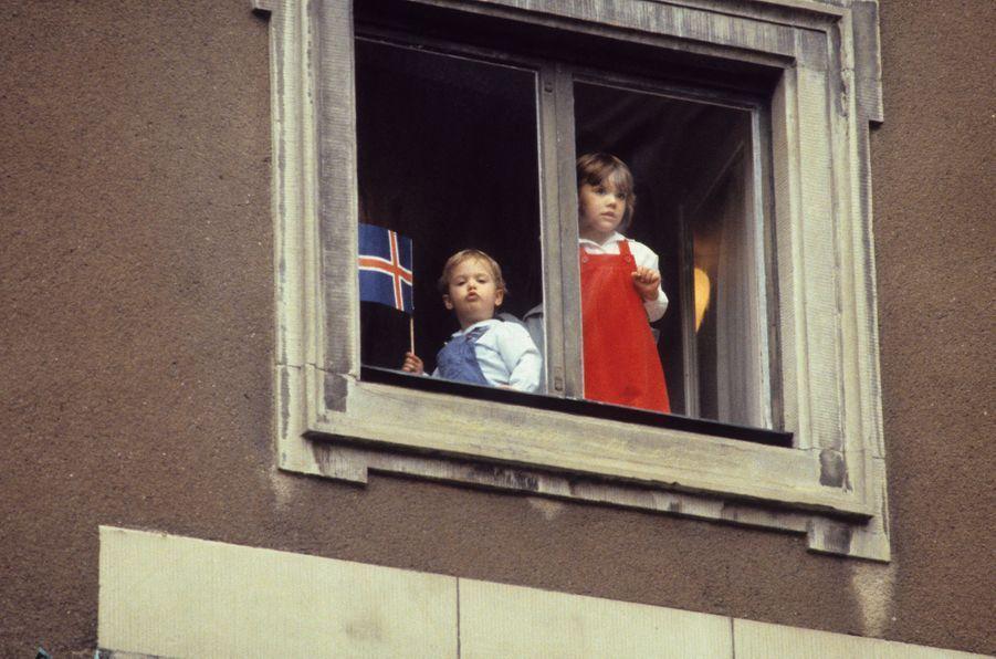 Le prince Carl Philip de Suède avec sa grande soeur la princesse Victoria, le 15 juin 1981