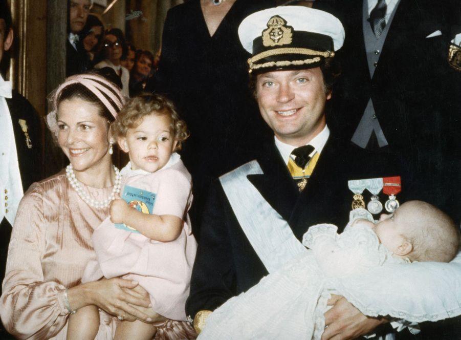 Le prince Carl Philip de Suède avec ses parents et sa grande soeur, le jour de son baptême le 31 août 1979