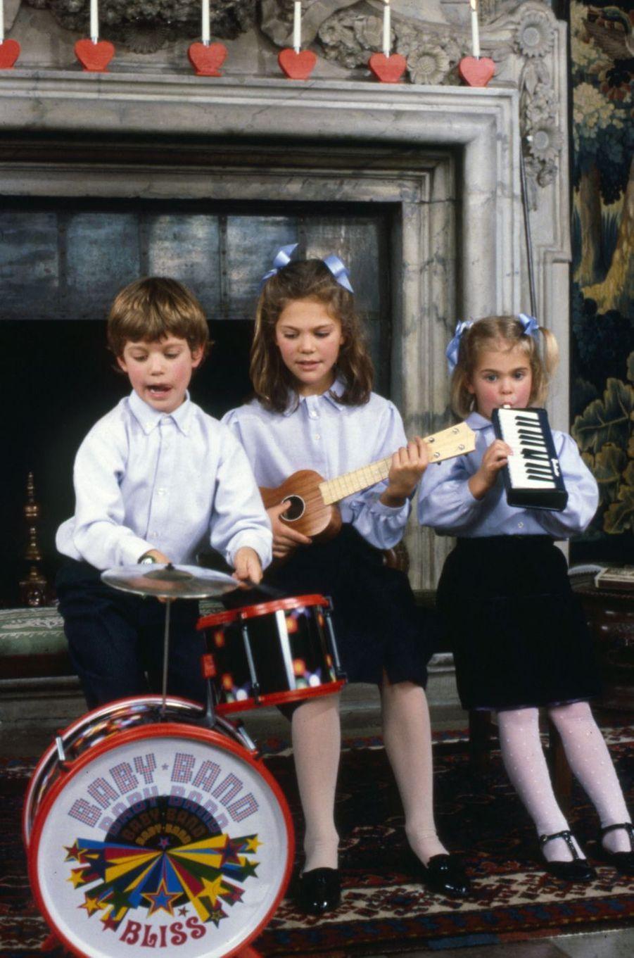 Le prince Carl Philip de Suède avec ses soeurs les princesse Victoria et Madeleine, à Noël 1988