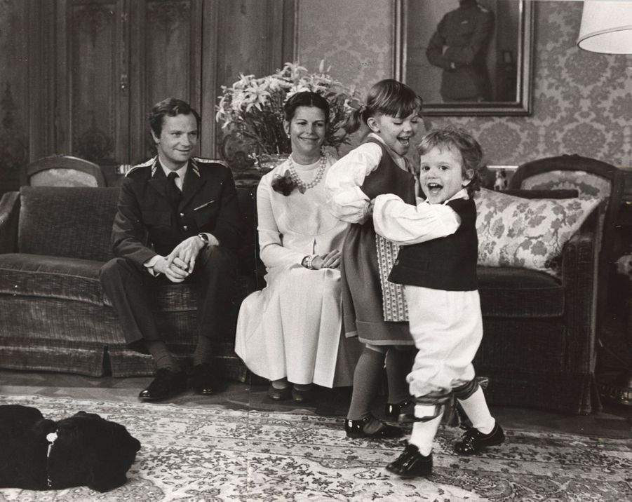 Le prince Carl Philip de Suède avec ses parents et sa grande soeur la princesse Victoria, le 30 avril 1982