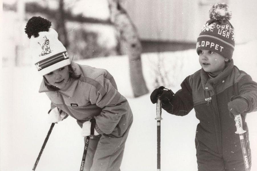 Le prince Carl Philip de Suède avec sa grande soeur la princesse Victoria, en 1983