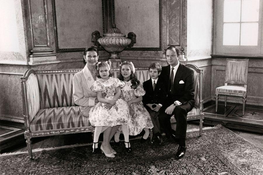 Le prince Carl Philip de Suède avec ses parents et ses soeurs, le 30 avril 1986
