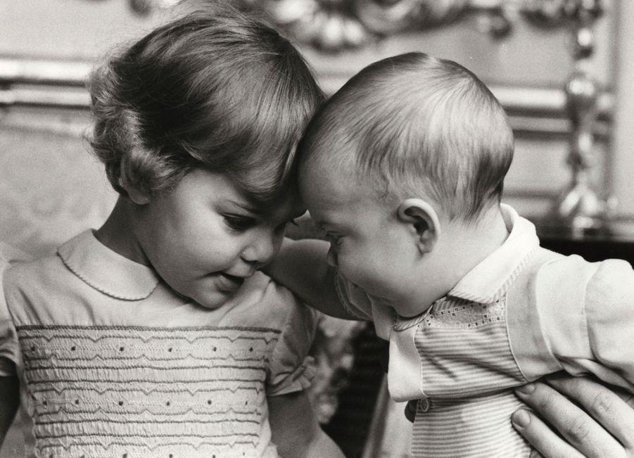 Le prince Carl Philip de Suède à 1 an, le 13 mai 1980, avec sa grande soeur la princesse Victoria