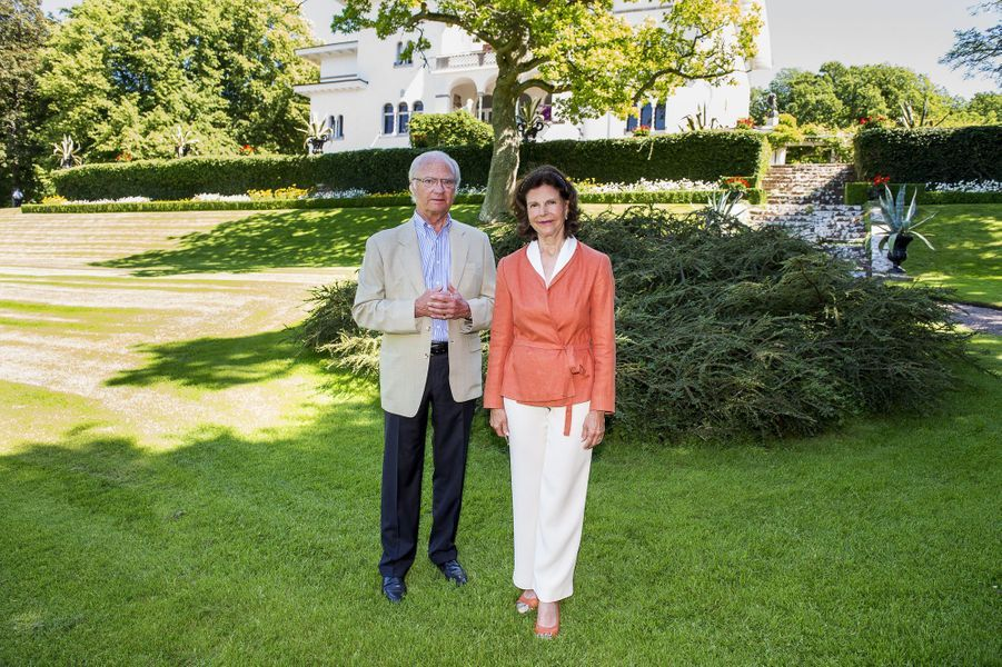 La reine Silvia et le roi Carl XVI Gustaf au château de Solliden sur l'île d'Öland, le 3 juillet 2015