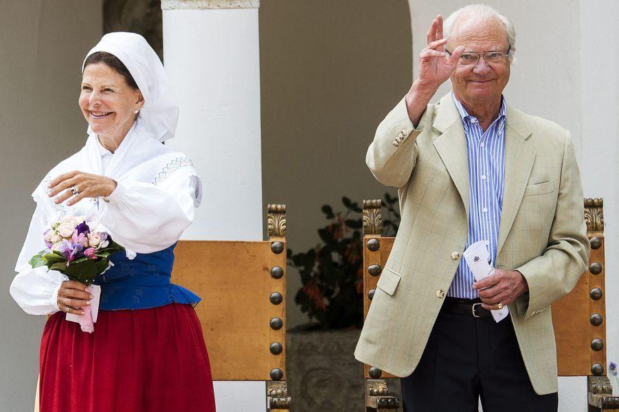 La reine Silvia et le roi Carl XVI Gustaf au château de Solliden sur l'île d'Öland, le 7 juillet 2015