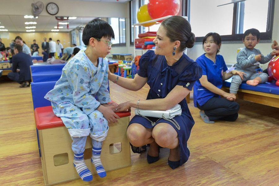 La princesse Victoria de Suède au Centre national de réadaptation à Séoul, le 25 mars 2015