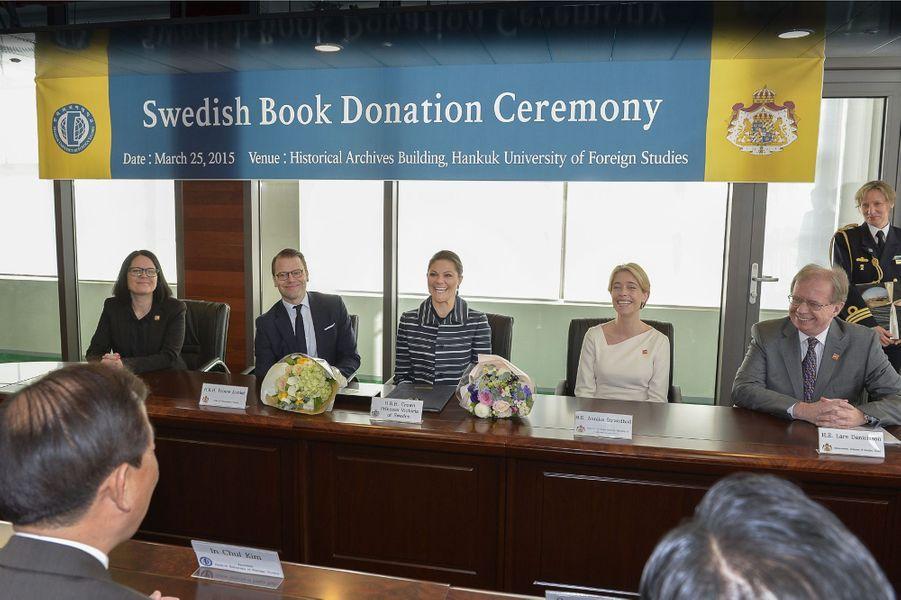 La princesse Victoria de Suède et le prince Daniel à l'université Hankuk des études étrangères à Séoul, le 25 mars 2015