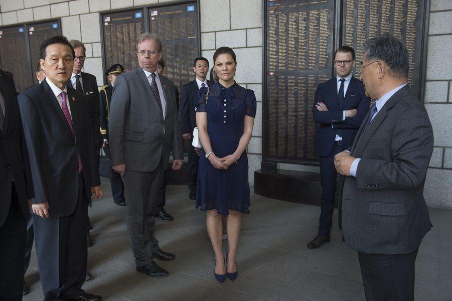 La princesse Victoria de Suède et le prince Daniel au Mémorial de la guerre de Corée à Séoul, le 25 mars 2015
