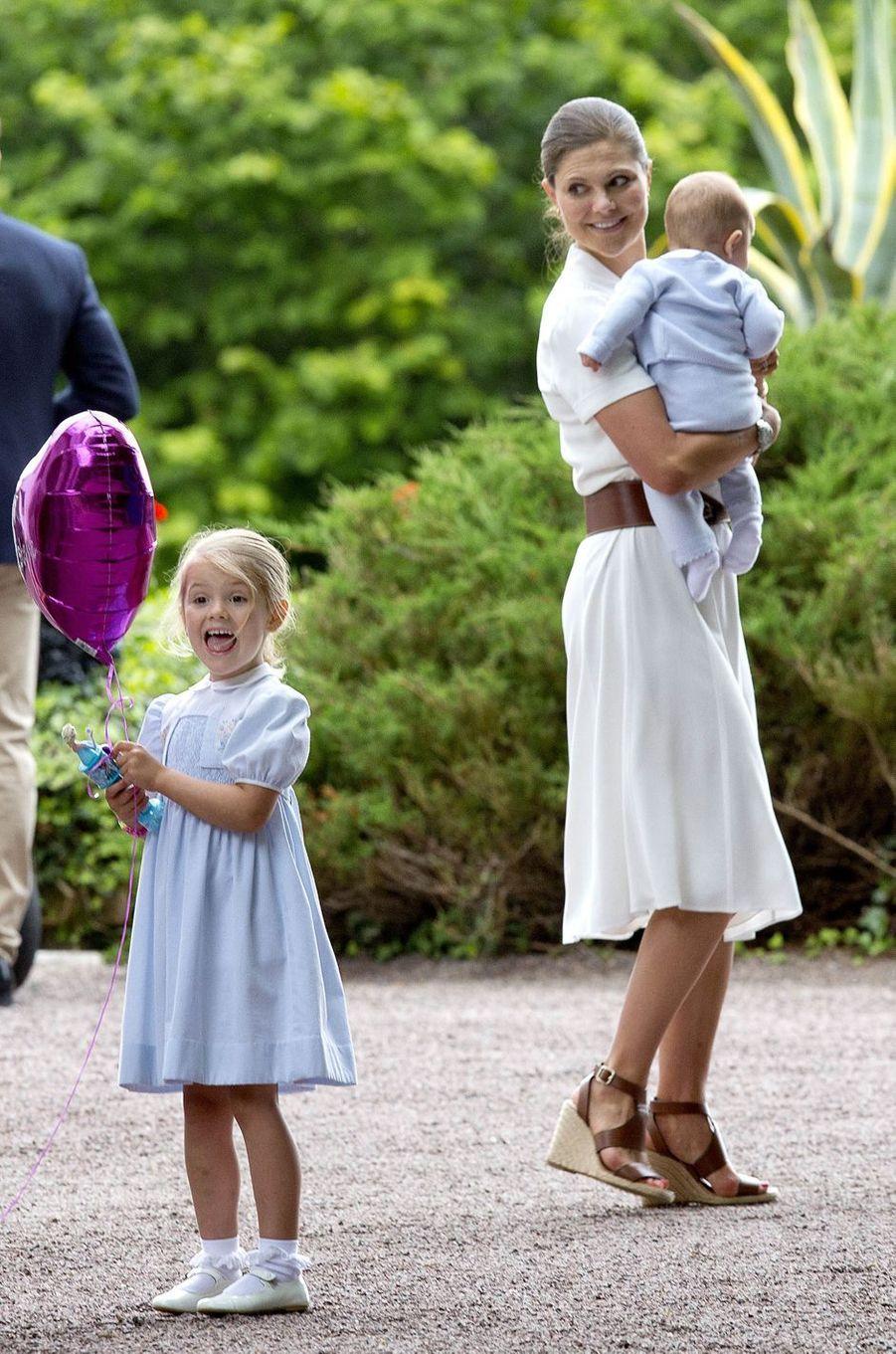 La princesse Victoria de Suède avec la princesse Estelle et le prince Oscar, le 14 juillet 2016