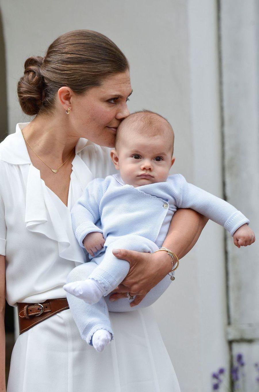 La princesse Victoria de Suède avec le prince Oscar, le 14 juillet 2016