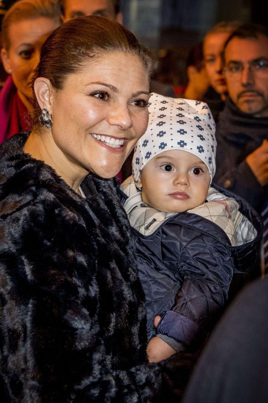 La princesse Victoria de Suède avec le prince Oscar, le 16 décembre 2016