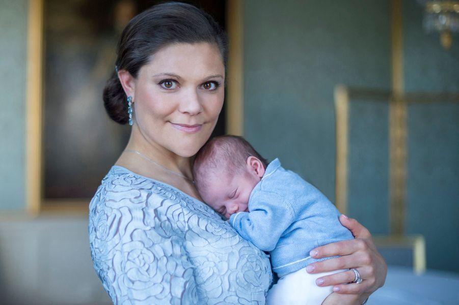 La princesse Victoria de Suède avec le prince Oscar, photo dévoilée le 24 mars 2016