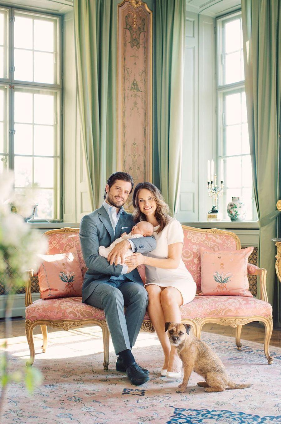 La princesse Sofia et le prince Carl Philip de Suède avec leur fils le prince Alexander et leur chien Siri, photo diffusée le 13 mai 2016