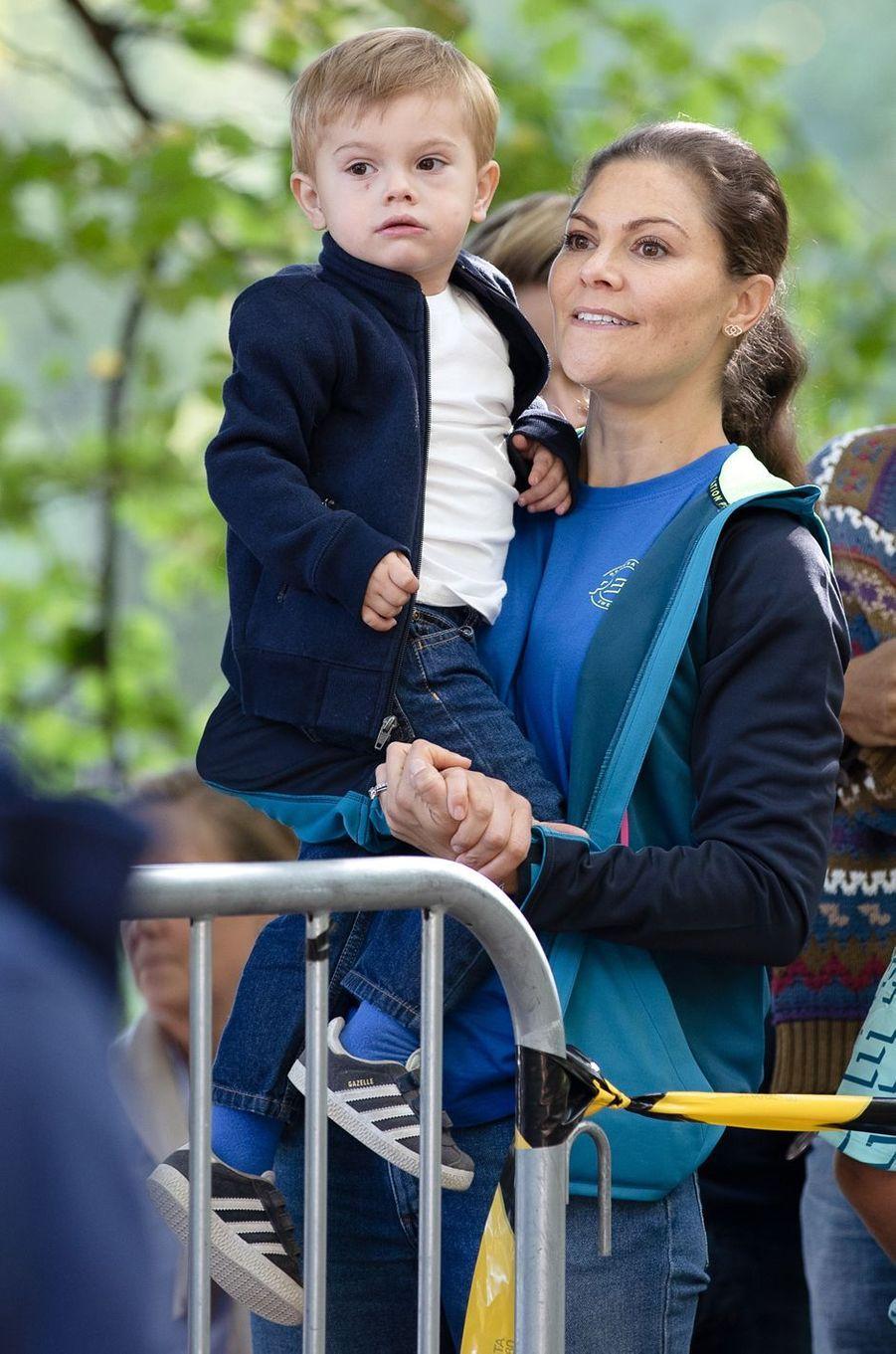 La princesse Victoria de Suède avec son fils le prince Oscar à Solna, le 16 septembre 2018