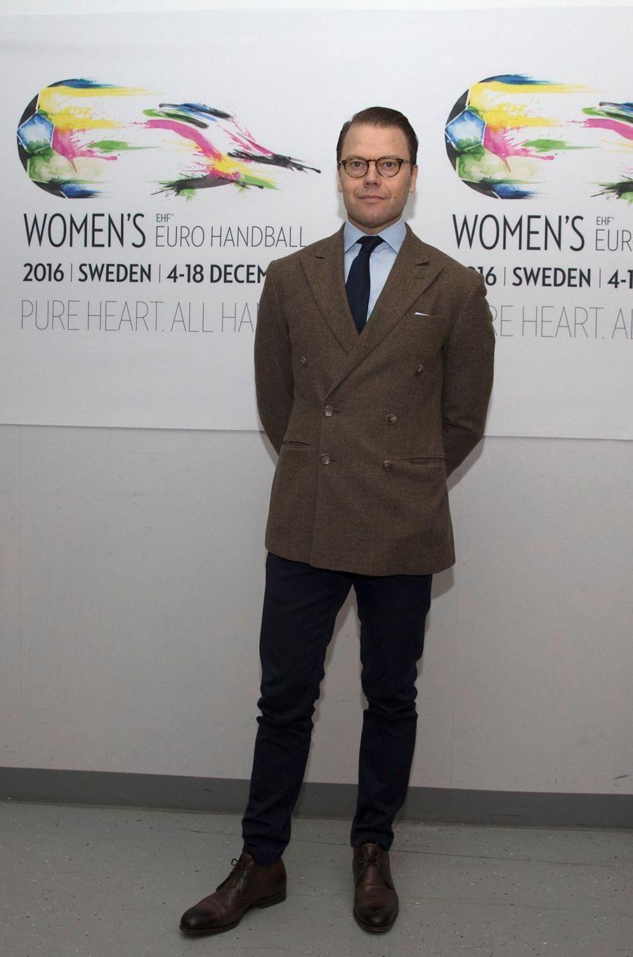 Le prince consort Daniel arrivent au Hovet à Stockholm où se déroule l'Euro de hand féminin, le 4 décembre 2016