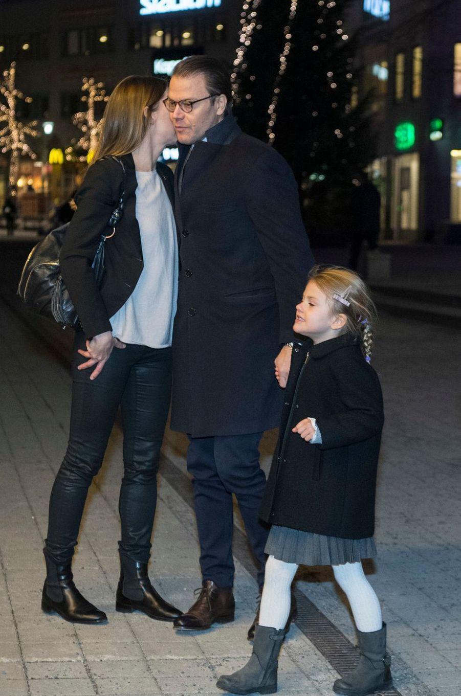 La princesse Estelle de Suède et son père le prince consort Daniel à Stockholm, le 4 décembre 2016