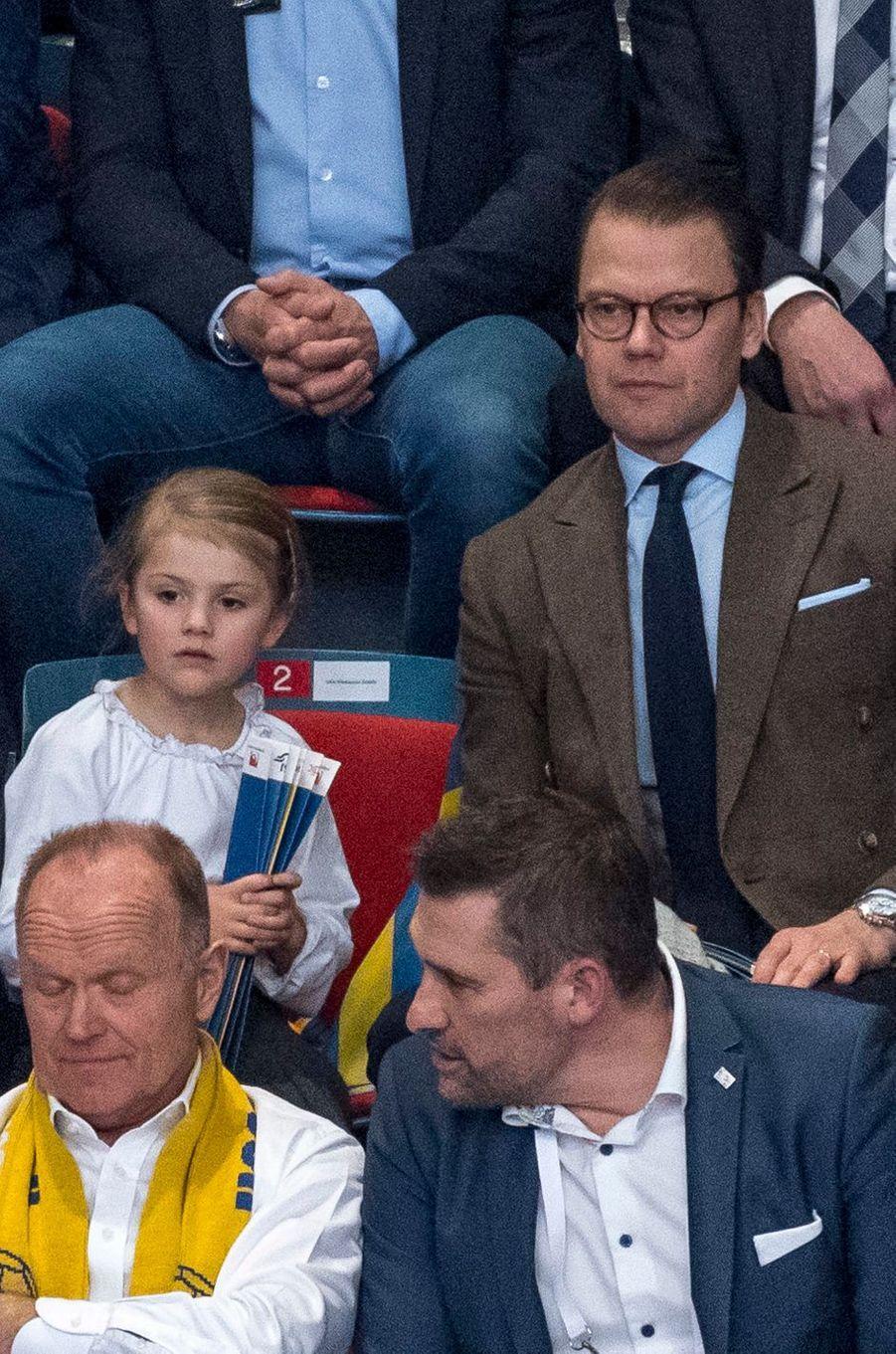 La princesse Estelle de Suède et son père le prince consort Daniel assistent au match Suède-Espagne qui lance l'Euro de hand féminin au Hovet à Stockholm, le 4 décembre 2016
