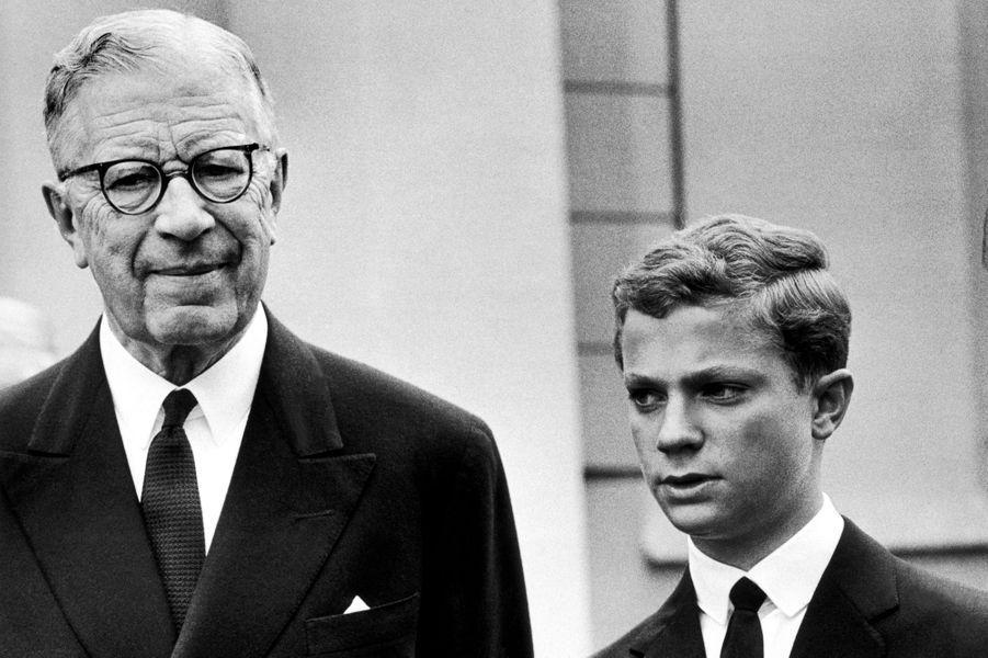 Le roi Gustaf VI Adolf de Suède et son petit-fils le prince Carl Gustaf, le 17 avril 1963