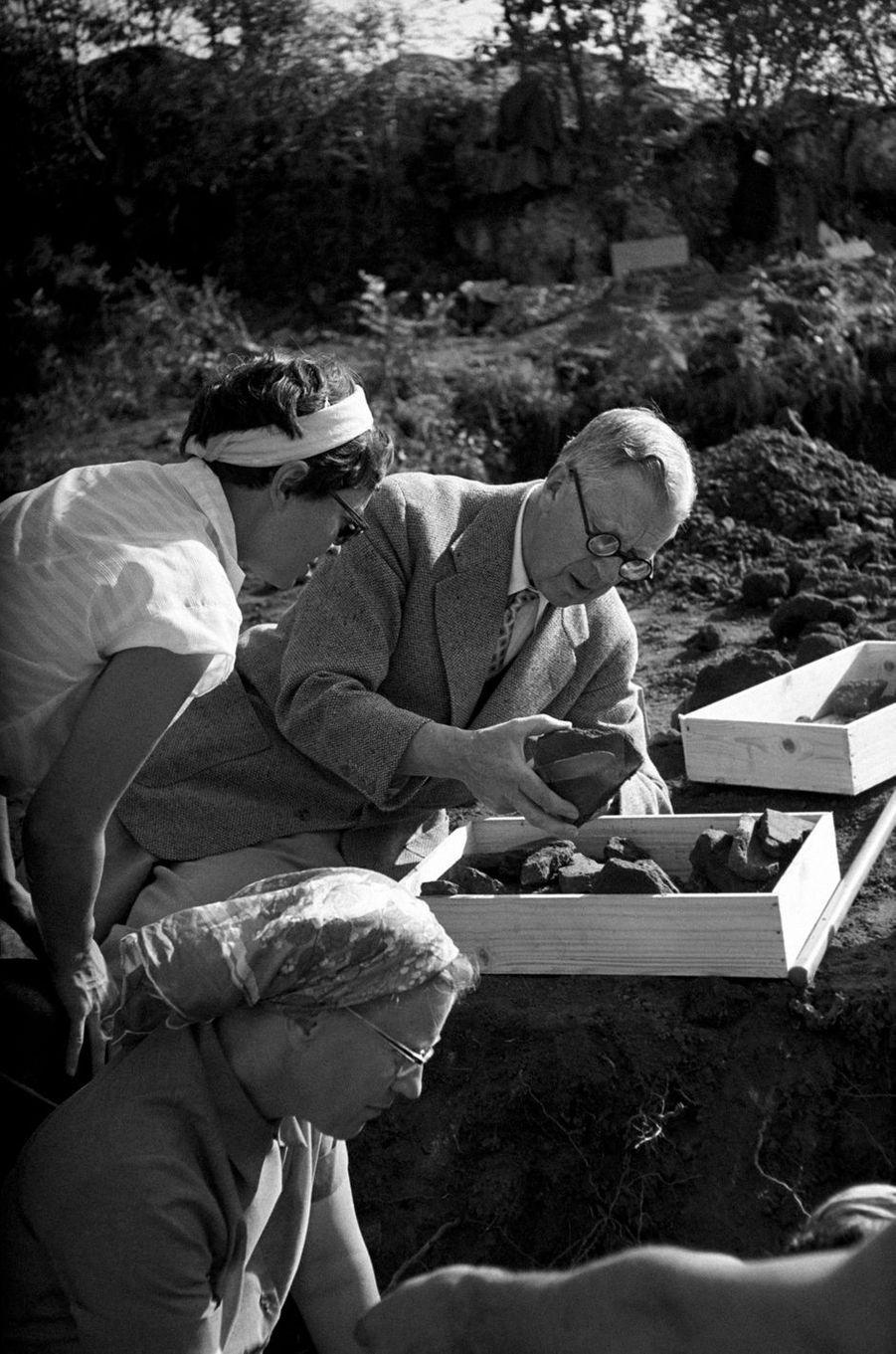 Le roi Gustaf VI Adolf de Suède, archéologue en Italie, en octobre 1957