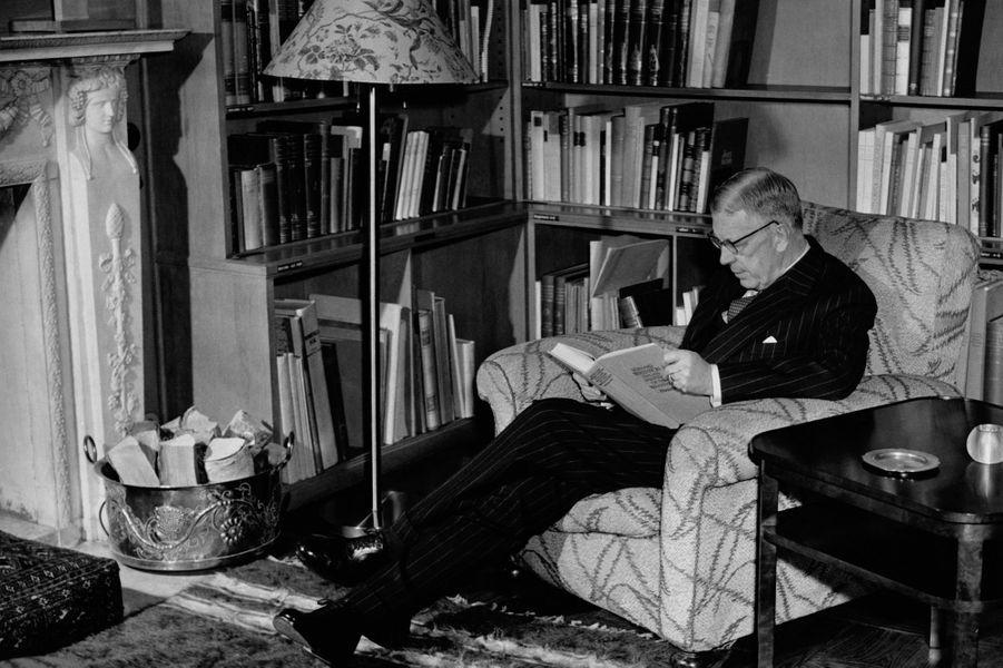 Le roi Gustaf VI Adolf de Suède dans sa bibliothèque en 1955