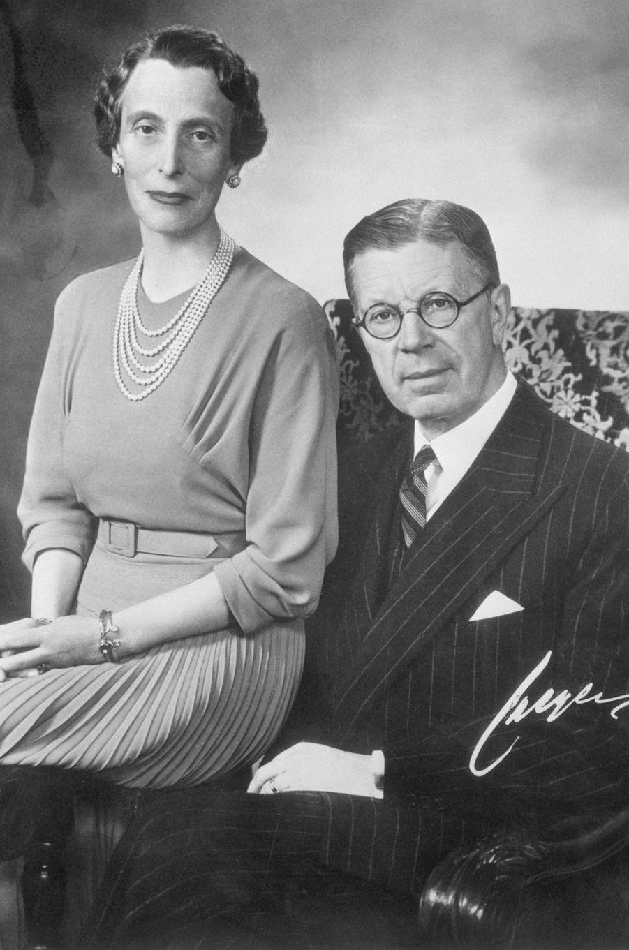 Le futur roi Gustaf VI Adolf de Suède et sa seconde femme Louise Mountbatten. Photo pour leurs 25 ans de mariage, le 20 novembre 1948