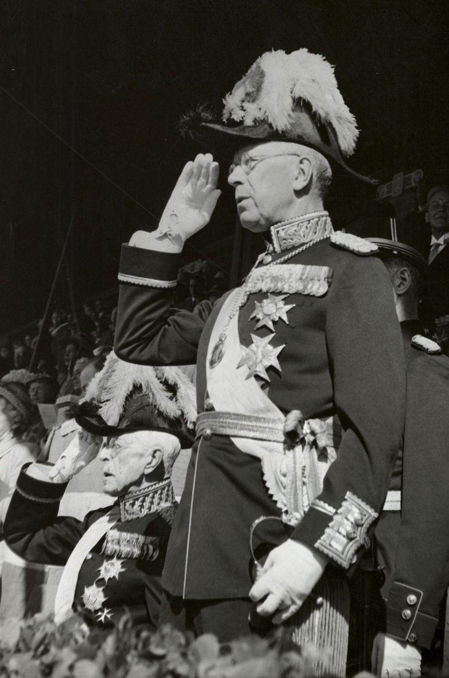 Le futur roi Gustaf VI Adolf de Suède avec son père le roi Gustaf V, le 6 juin 1949