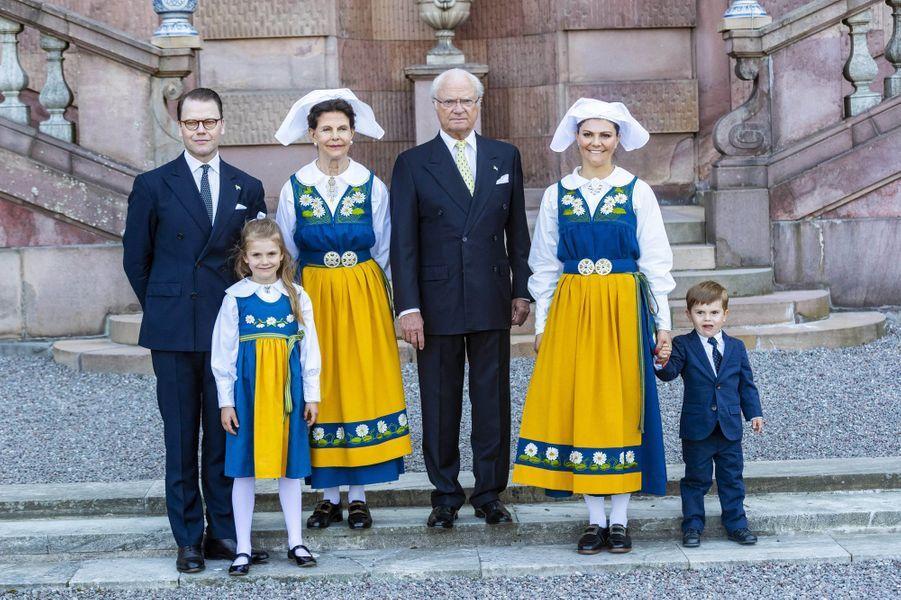 La reine Silvia, le roi Carl XVI Gustaf de Suède, les princesses Victoria et Estelle et les princes Daniel et Oscar à Stockholm, le 6 juin 2019